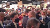 Emmanuel Macron colpito da un uovo durante una visita a Lione