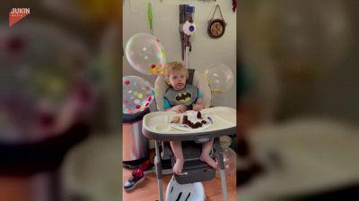 Il festeggiato fatica a stare sveglio e rischia di crollare sulla torta