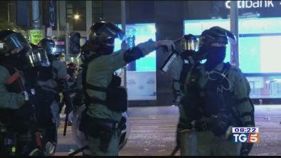 Hong Kong al collasso, rivolta contro la Cina