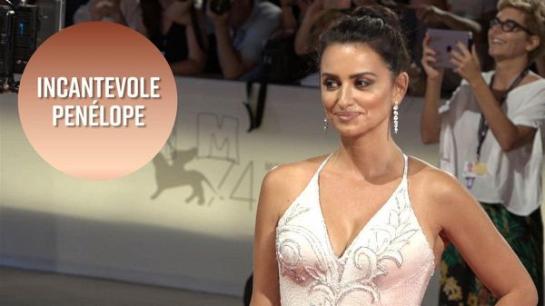 Penélope Cruz incanta tutti sul red carpet di Venezia74