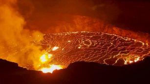 La lava nel cratere del vulcano: la minaccia nelle Hawaii