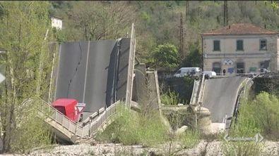 Crollato il ponte sul fiume Magra