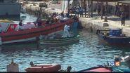 Lampedusa, 800 sbarchi: emergenza e polemiche
