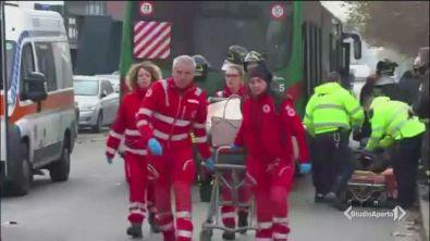 Bus contro camion, 18 feriti