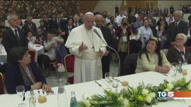 """Il Papa con gli ultimi """"Basta indifferenza"""""""