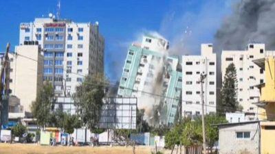 Gaza: raid israeliani abbattono la torre che ospita al Jazeera