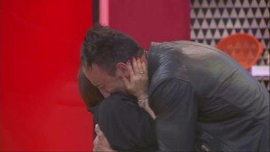 L'abbraccio fra Simone e una piccola grande donna