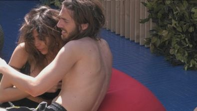 Enrico e Mila in un tenero abbraccio