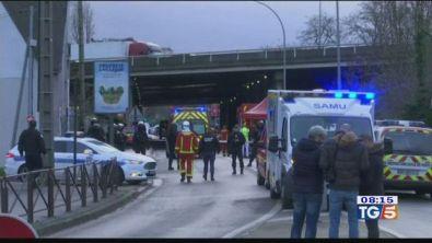 Parigi, 3 persone aggredite e un morto