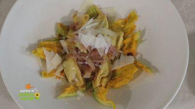 Pizzicotti con guanciale su insalata di fiori di zucchina