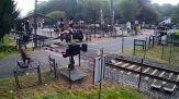 Il folle gesto: attraversa i binari mentre arriva il treno