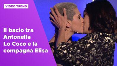 Il bacio tra Antonella Lo Coco e la compagna Elisa