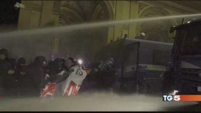 Guerriglia a Bologna duri scontri, 8 feriti